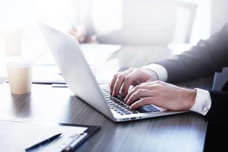 Hombre trabajando en una computadora portátil. Concepto de interconexión y uso compartido de Internet