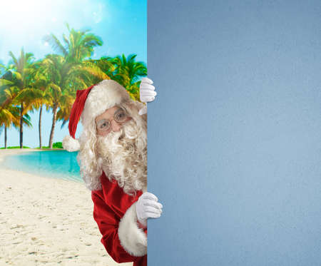 Santa Claus on a tropical beach with a blank space for your text Banque d'images