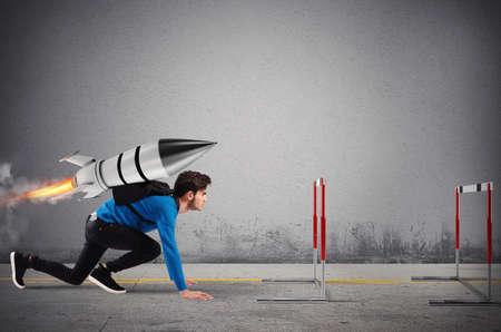 Der Student überwindet Hindernisse seines Studiums mit Höchstgeschwindigkeit mit einer Rakete Standard-Bild