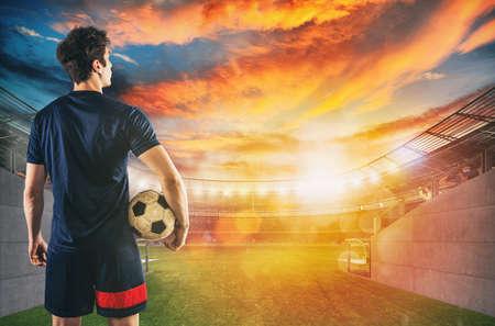 Fußballspieler bereit, mit Ball in den Händen am Ausgang des Umkleideraumtunnels zu spielen