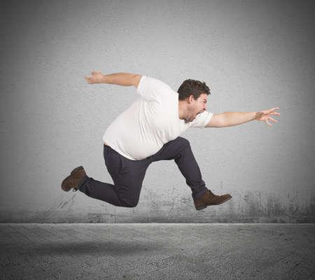 Dicker Mann rennt Standard-Bild