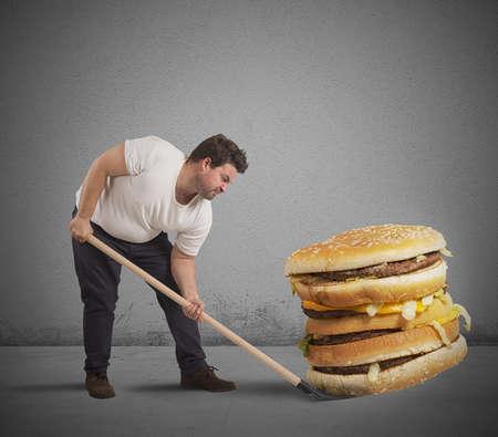 Ein Mann hebt ein riesiges Sandwich