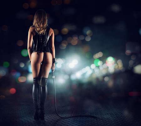 Provocación sensual de una mujer con látigo Foto de archivo