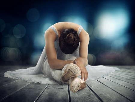 Danseuse classique s'étirant sur une scène de théâtre Banque d'images