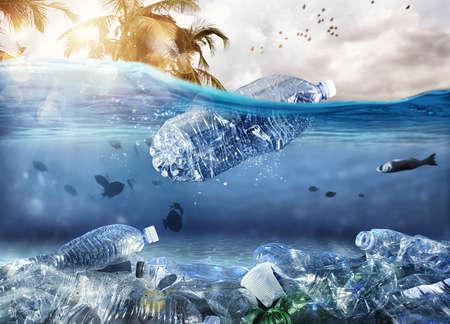 Schwimmende Flasche. Problem der Plastikverschmutzung unter dem Meereskonzept Standard-Bild
