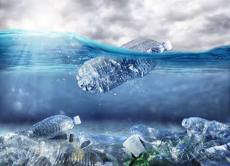 Drijvende fles. Probleem van plasticvervuiling onder het zeeconcept