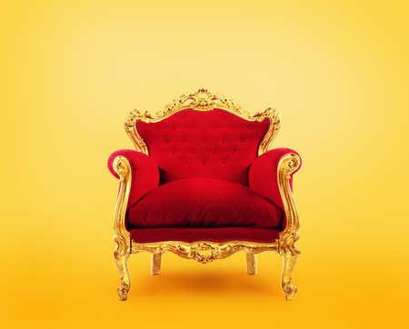 Poltrona di lusso rossa e oro. Concetto di successo Archivio Fotografico