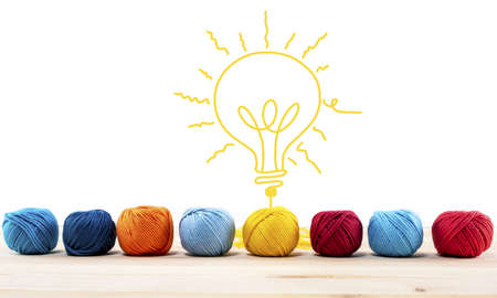 Konzept der Idee und Innovation mit Wollknäuel, das eine Glühbirne formt