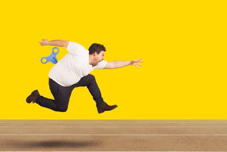 L'uomo grasso corre molto veloce senza stancarsi con energia extra