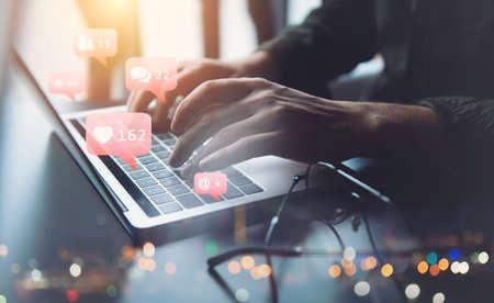 El empresario charla con su amigo a través de la computadora portátil