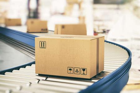 Scatole di cartone su rulli trasportatori pronte per essere spedite tramite corriere per la distribuzione