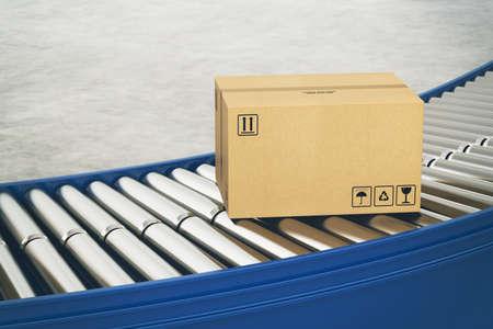 Cajas de cartón sobre rodillos transportadores listas para ser enviadas por mensajería para su distribución
