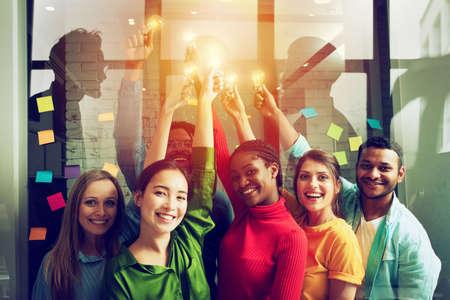 Concetto di lavoro di squadra e di brainstorming con uomini d'affari che condividono un'idea con una lampada. Concetto di avvio