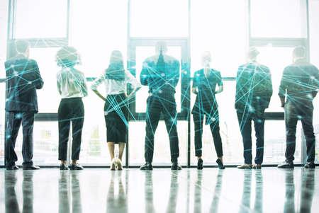 Concepto de fondo de red con silueta de gente de negocios. Doble exposición y efectos de red Foto de archivo