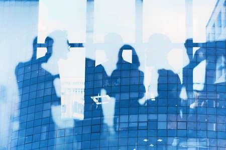 Les gens d'affaires collaborent ensemble au bureau. Effets de connexion Internet. Effets de double exposition.