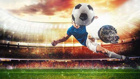 Scena di calcio con un giocatore che calcia il pallone al volo allo stadio Archivio Fotografico