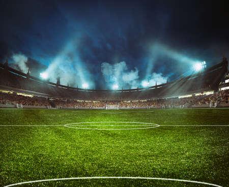 Stadio di calcio con le tribune piene di tifosi in attesa della partita notturna Archivio Fotografico