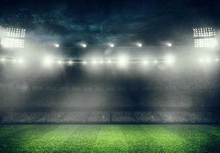Fußballstadion mit den Tribünen voller Fans, die auf das Nachtspiel warten. 3D-Rendering Standard-Bild