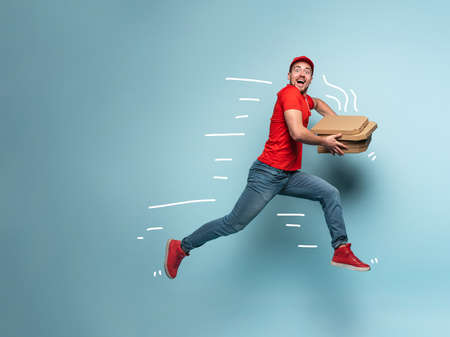 Courier runs fast to deliver quickly pizzas. Banque d'images