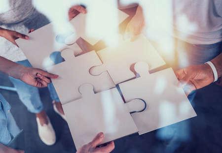 Travail d'équipe de partenaires. Concept d'intégration et de démarrage avec des pièces de puzzle Banque d'images
