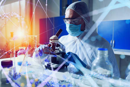 Doctor in the laboratory analyzes samples under a microscope. Pharmaceutical treatment concept. Banque d'images