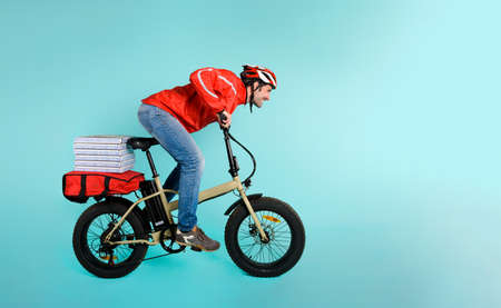 Deliveryman runs fast with electric bike to deliver pizza
