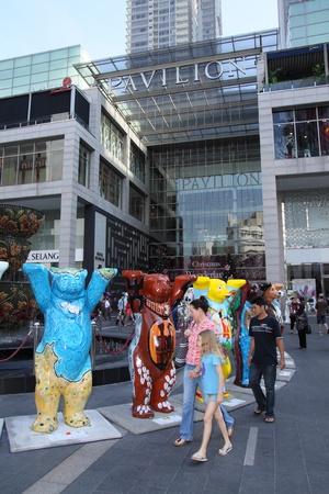 unicef: KUALA LUMPUR, MALAYSIA - 10 dicembre - United Buddy Bears in mostra all'ingresso del padiglione Kuala Lumpur il 10 dicembre 2011 a Kuala Lumpur, Malesia. The Bears amici sono una serie di sculture a grandezza naturale orso, al fine di promuovere la pace e l'armonia Editoriali