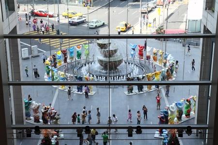 unicef: KUALA LUMPUR, MALAYSIA - 10 dicembre - United Buddy Bears in mostra all'ingresso del centro commerciale Pavilion il 10 dicembre 2011 a Kuala Lumpur, Malaysia