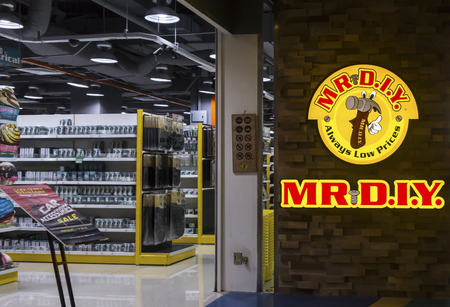 PETALING JAYA,MALAYSIA-JULY 22: MR. D.I.Y. household items chain store on July 22,2017 in Petaling Jaya,Malaysia. Offering more than 30,000 quality products at the most reasonable prices Sajtókép