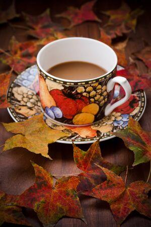 Tasse de café avec des feuilles d'automne Banque d'images - 10795779