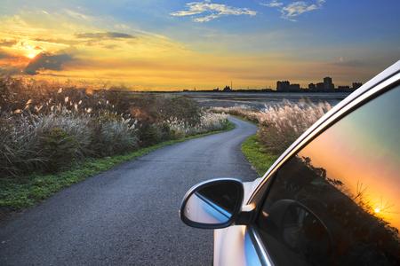 Gouden zonsondergang reflectie van een autoruit glas.