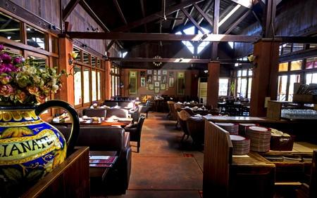 Straal van zonneschijn op de kamer van de klassieke interieur van het restaurant, een stijlvol interieur van het restaurant, de kamer is rustiek, prachtig ingericht, veel smaakvolle details rondom de plaats.