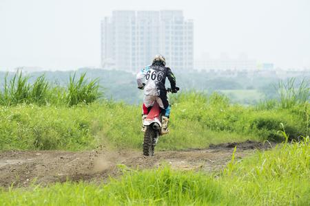 super cross: Motocross en el camino de tierra