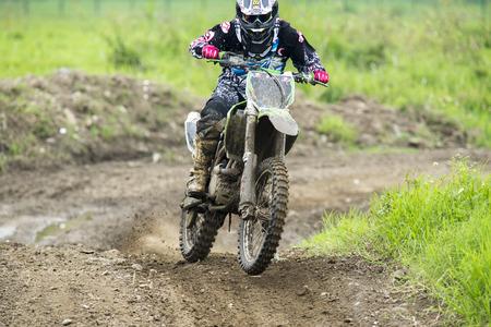 Motocross sur le sentier de terre Banque d'images - 58277347