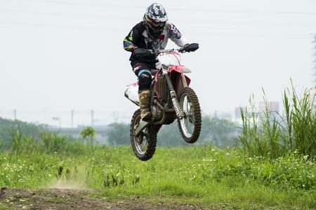 Motocross sur le sentier de terre Banque d'images - 58277348