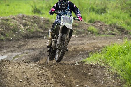 Motocross sur le sentier de terre Banque d'images - 58277349