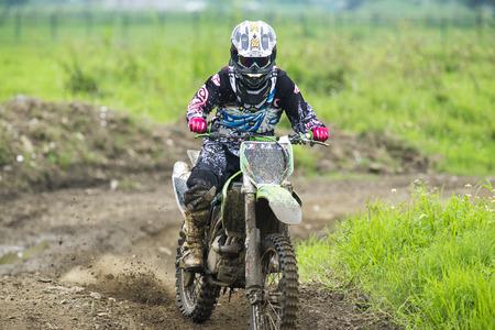 Motocross sur le sentier de terre Banque d'images - 58277350