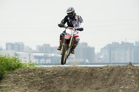 Motocross sur le sentier de terre Banque d'images - 58277352