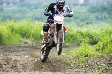 Motocross sur le sentier de terre Banque d'images - 58277353