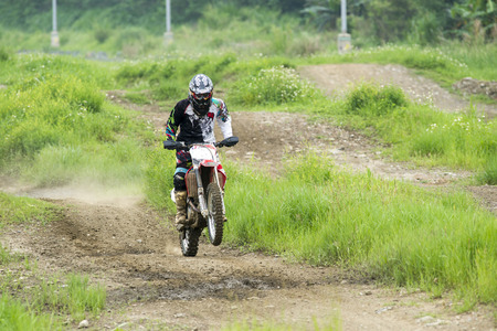 Motocross sur le sentier de terre Banque d'images - 58277354