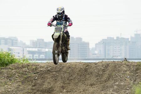 MOTOCROSS RACING SUR DIRT PATH Banque d'images - 58277357