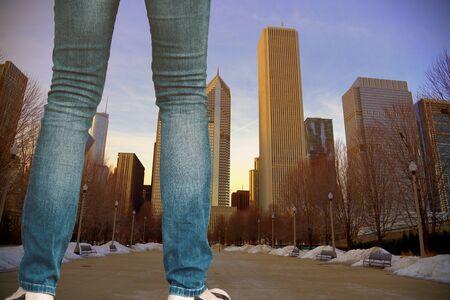 Afbeelding van een vrouw lopen in de straat, de hoog gebouw voor hem. Grunge toon.