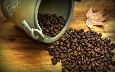 Les grains de café sur la table en bois. Banque d'images - 58703165