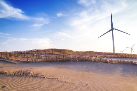 Moulin à vent sur les dunes de sable avec clôture en bambou Banque d'images - 64748289