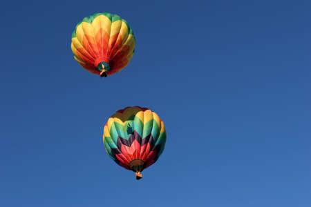 inflation basket: dos coloridos globos aerost�ticos, uno arriba emitir su sombra de la cesta de incendios, ya que sus quemadores a subir