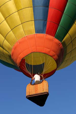 inflation basket: Del globo de aire caliente justo despu�s de levantar off  Foto de archivo