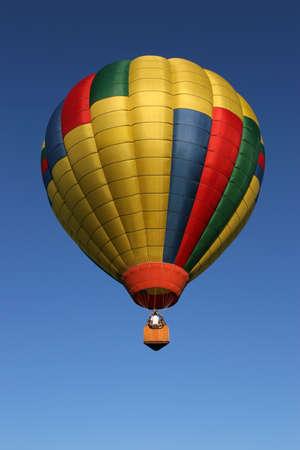 inflation basket: color dorado globo de aire caliente en vuelo