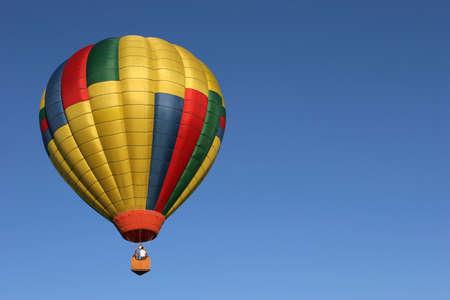 inflation basket: color dorado globo de aire caliente en vuelo contra un claro cielo azul