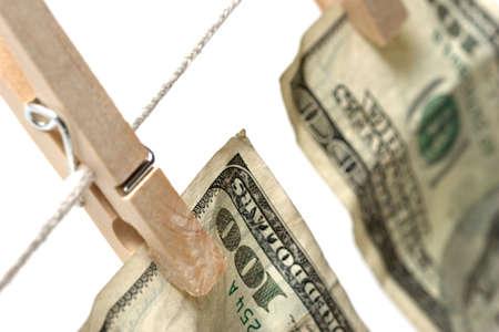 money laundering: lavare e lavare e dei soldi - bagni cento fatture del dollaro su un bianco delleccedenza sparato macro di clothesline. con profondit� del campo limitata. Archivio Fotografico