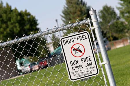 zone: drugs en wapen vrije school zone bord aan een school werf. teken des tijds. Stockfoto